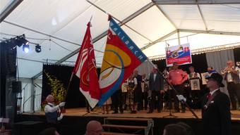 Die Fahne der Interessengemeinschaft Schweizerischer Blaskapellen ist für zwei Jahre in Wallbach: Fähnrich für zwei Jahre ist Köbi Lanz, MG Wallbach (links), rechts Martin Lüchinger mit der Vereinsfahne der Musikgesellschaft Wallbach.Ari
