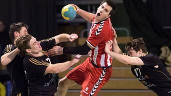 Solothurns Martin Beer, (Mitte) im Kampf um den Ball. Am Samstag steht er bereits wieder im Einsatz.