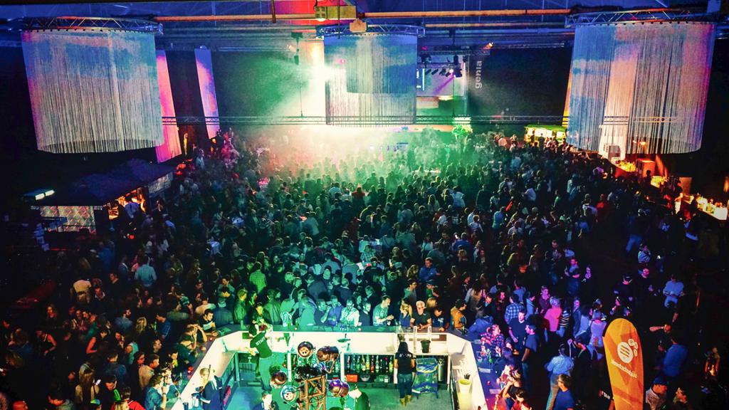 Die FM1 Night lockt auch diesen Samstag wieder Tausende ins Churer Eishallenstadion.