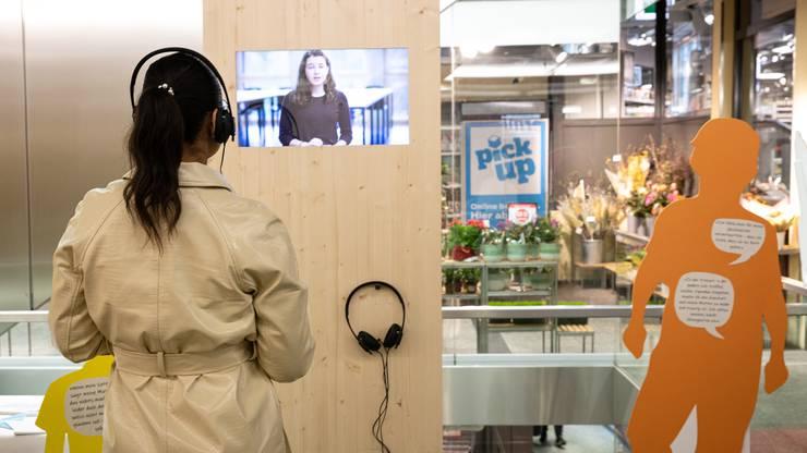 Passanten haben zudem die Möglichkeit, auf einem Bildschirm fünf Kurzfilme von betroffenen Kindern und Jugendlichen anzuschauen.