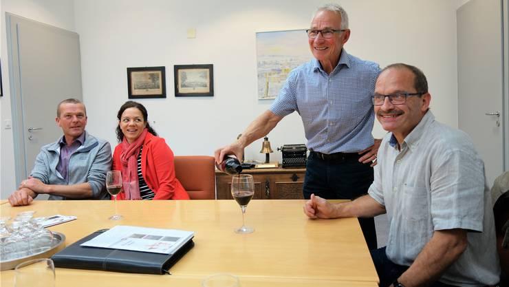 Ortsbürgergutsverwalter Josef Stierli schenkt dem Präsidenten der Ortsbürgerkommission, Hans Peter Frey, ein Glas «Tribus» ein. Im Hintergrund freuen sich die Kelterer, Christina und Thomas Lindenmann, vom gleichnamigen Weingut in Seengen.