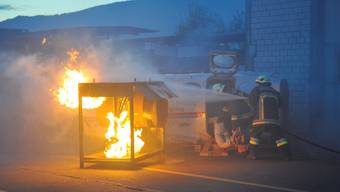 «Verletzte» werden aus dem Flugzeugwrack geborgen, derweil man versucht, den Brand zu löschen.