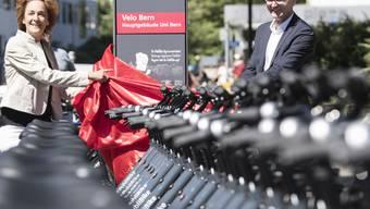 """Da war die Berner Velowelt noch in Ordnung: Die Berner Gemeinderätin Ursula Wyss (links) und Bruno Rohner, Geschaeftsführer PubliBike, (rechts) eröffneten Ende Juni das Veloverleihsystem """"Velo Bern"""", in Bern."""