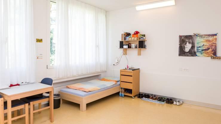 Einblick in ein Doppelzimmer, das momentan nur durch einen Patienten besetzt ist.