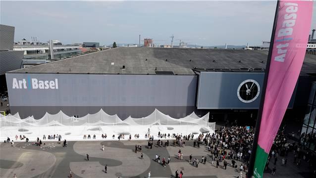 Grosses Gedränge auf dem Messeplatz vor der Art Basel.