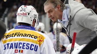 Kloten startet mit Pleite (im Bild Coach Hollenstein und Stancescu)