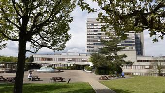 Auf dem Krankenbett: das Kantonsspital Baselland (hier das Bruderholz). Ohne Fusion mit dem Unispital wird es kaum Überlebenschance haben.