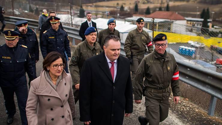 Österreichs Innenministerin Johanna Mikl-Leitner und Verteidigungsminister Hans Peter Doskozil an der österreichisch-slowenischen Grenze
