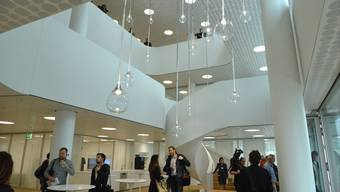 Die attraktive Begegnungszone im neuen Bau 1 der Roche.
