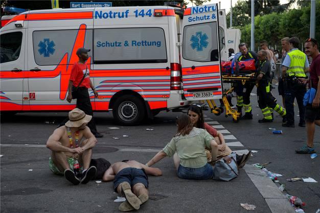 Retter und Sanitäter leben gefährlich. Das einst eherne Gesetz, Helfer nicht anzugreifen, hat seine Gültigkeit verloren. Gemäss neusten Zahlen werden Rettungskräfte in Zürich fast täglich angegangen. Auch Angriffe auf Spitalpersonal haben zugenommen, wie das Inselspital Bern vermeldet.