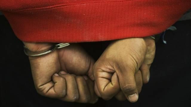 Ein Mann in Handschellen (Symbolbild)