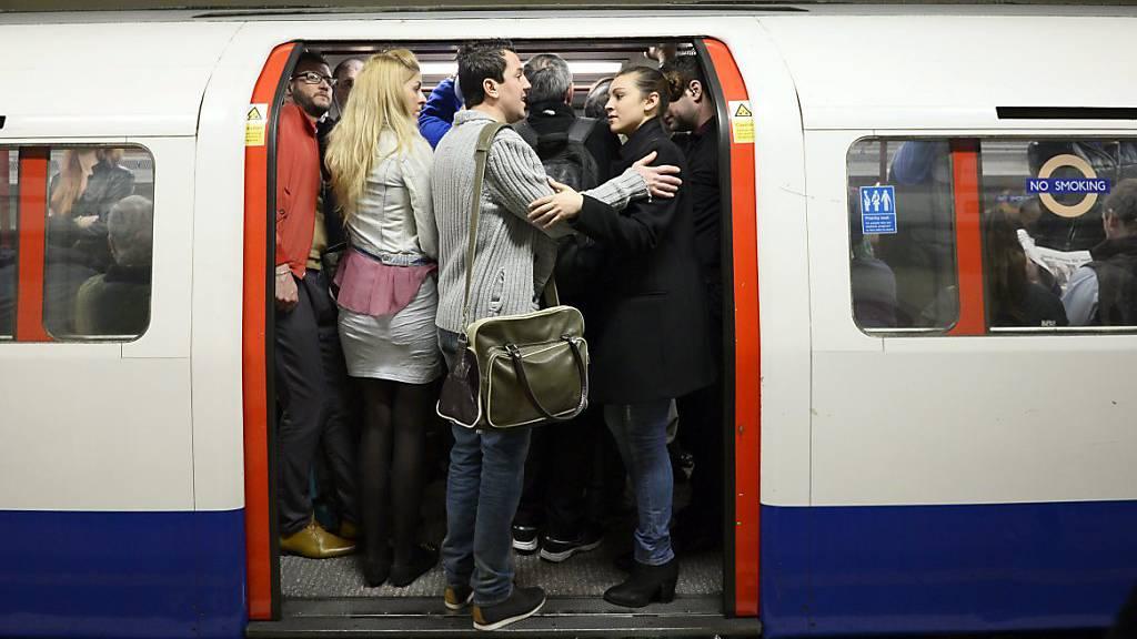 Londoner U-Bahnen voll - Bürgermeister entsetzt