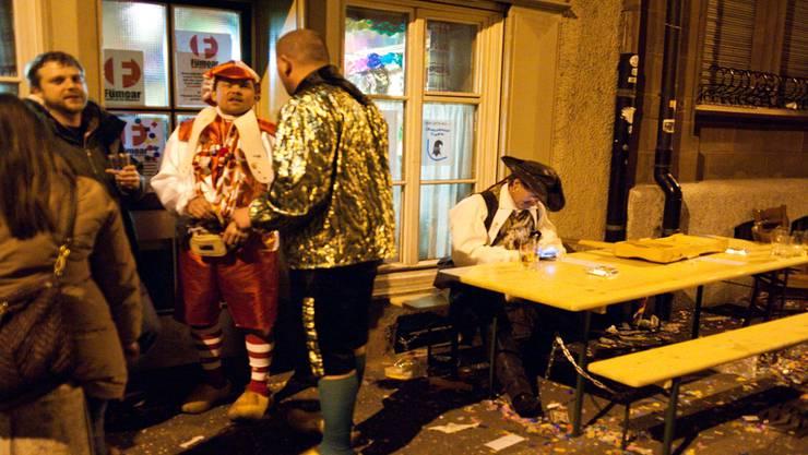 Beim Restaurant Schafeck herrscht während der Fasnacht weniger tote Hose als sonst wo im Kleinbasel. Zu einem Gedränge kam es aber in den letzten Jahren (im Bild 2012) auch da nicht.Roland Schmid