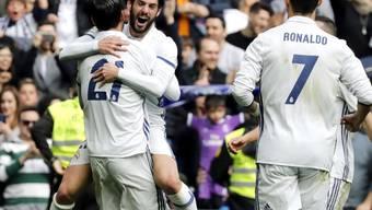 Alvaro Morata (21) feiert das 1:0 mit Isco