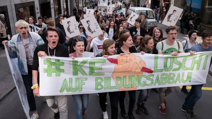 Anschliessend zogen die rund 80 SchülerInnen lautstark durch die freie Strasse.