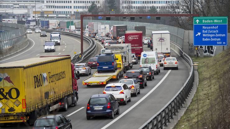 Autos stehen auf der A1 von Zuerich Richtung Bern/Basel