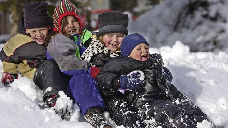 Zum Schlitteln fehlt im Fricktal noch die grosse Menge Schnee, dennoch gehen die Betreuerinnen mit den Kindern der Tagesstätten fast täglich nach draussen. key