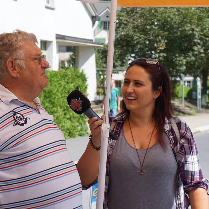 Kioskmann Benny gibt Nina Reisetipps zu Ennenda