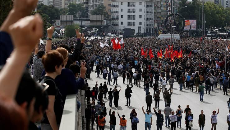 «Der Staat ist ein Mörder!» und «PKK, Rache!» wurde auf den Strassen gerufen. Droht neue Gewalt?Emrah Gurel / Keystone