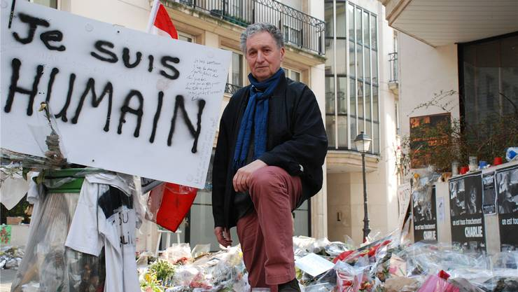 Rudolf Bussmann an der Pariser Strassenecke, an der auch mehrere Wochen nach dem Anschlag auf die «Charlie Hebdo»-Redaktion immer noch der Opfer gedacht wird. Susanna Petrin
