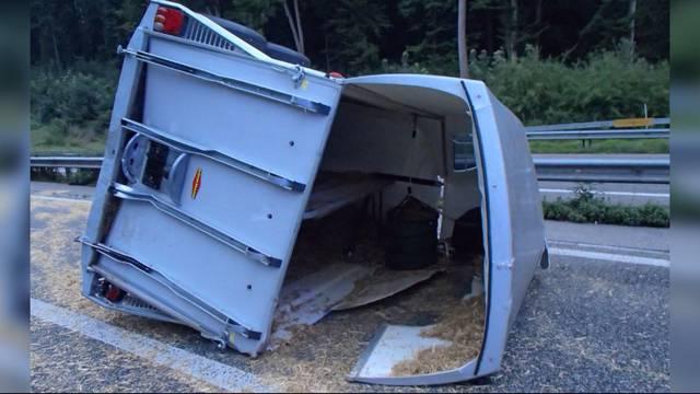Autofahrer kracht auf A1 in Rossanhänger