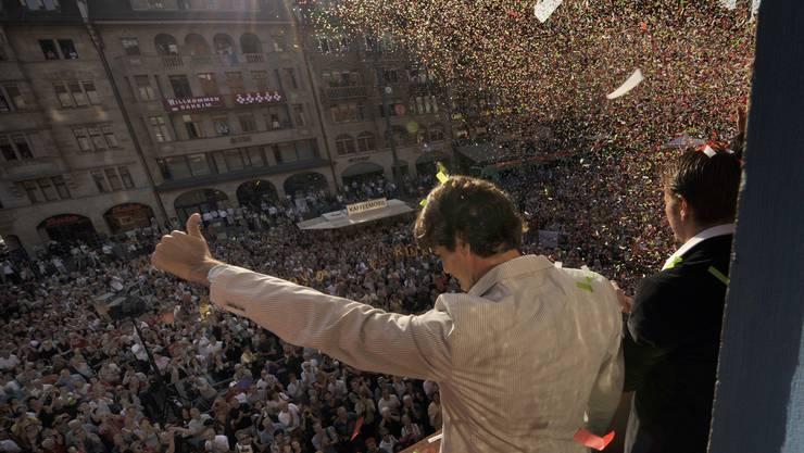 Daumen hoch! Nachdem Roger Federer 2008 in Peking Gold geholt hatte, strömten die Fans zum Rathaus. Nach seinem jüngsten Sieg bleibt der Platz leer.