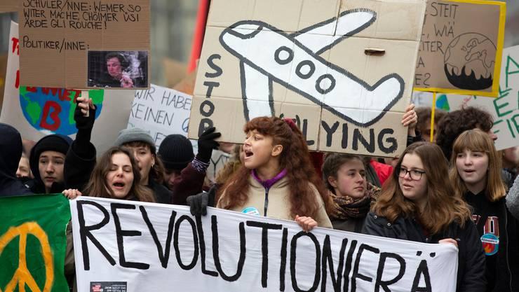Junge Demonstranten und Demonstrantinnen bei einem Klimaprotestmarsch durch die Stadt Bern.