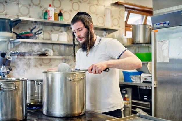 Im Hotel Dom kocht der streng gläubige Ben Tomlin für bis zu hundert jüdische Familien.