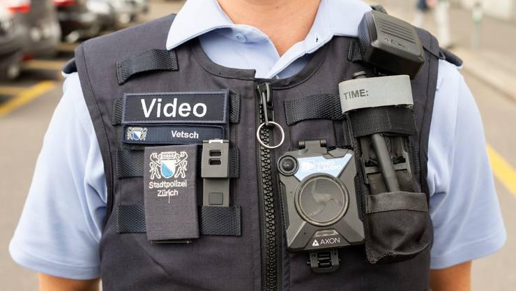 Der Einsatz der kleinen Kameras ist umstritten: Die Stadtpolizei Zürich setzt bereits darauf. (Symbolbild)