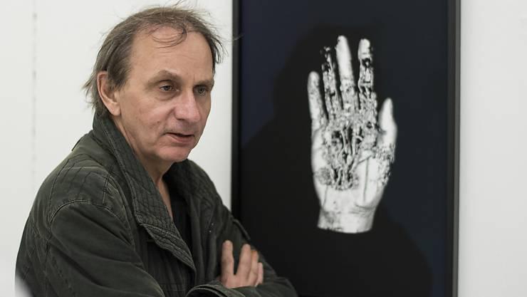 """Michel Houellebecq - hier mit seinem Werk """"Matière from the series Michel Houellebecq OK?"""" auf der Manifesta 11 in Zürich - stellt zur Zeit auch im Palais de Tokyop in Paris aus. (Archivbild 10.6.)"""