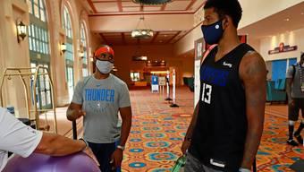 Chris Paul (links) von den Oklahoma City Thunder und Paul George von den Los Angeles Clippers bei der Rückkehr ins Hotel nach einem Training in Orlando.