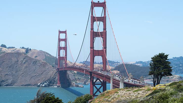 ARCHIV - Autos fahren über die Golden Gate Brücke über die San Francisco Bay. Foto: Bernd von Jutrczenka/dpa