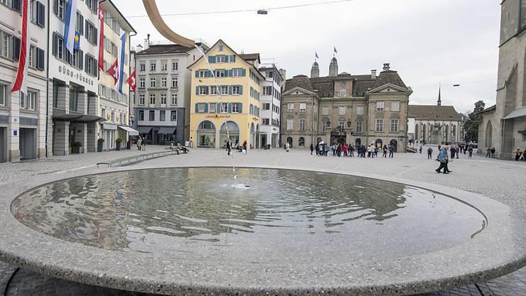 Planschen wird toleriert, offizielle Bade-Anlässe in Zürcher Brunnen sind jedoch verboten. Dies musste das Theater Neumarkt akzeptieren. (Symbolbild)