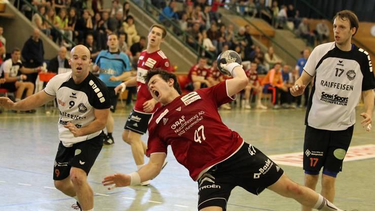 Patrick Strebel (HSC) gegen Soder (links) und Hock vom TV Möhlin.