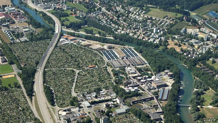 Das Klärwerk Werdhölzli (Bildmitte): Sie wird nun für 50 Millionen Franken um eine Ozonungsanlage erweitert.Heinz Leuenberger