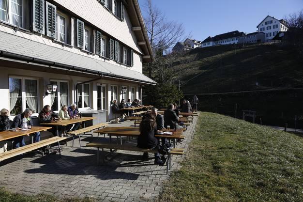 Auf der kleinen Terrasse können sich die Gäste bei gutem Wetter sonnen...