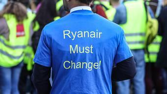 Das Personal beim irischen Billigflieger Ryanair ist in mehreren Ländern unzufrieden. Mitarbeitern fordern bessere Löhne und Arbeitsbedingungen. (Archivbild)
