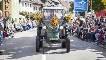 An diesem herbstlichen Sonntag wird in Döttingen alles dem Wein gewidmet. Umzug des Winzerfestes in Döttingen.