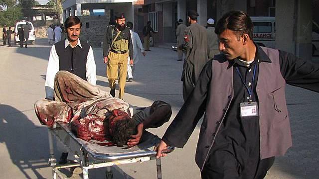 Rettungskräfte bringen einen Verletzten weg