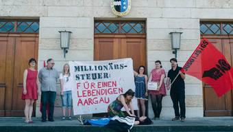 Aktion vor dem Grossratsgebäude in Aarau: Die Juso will den Aargau wiederbeleben.