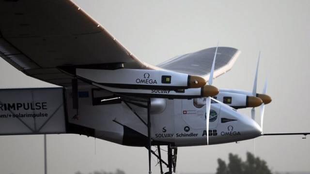 Solar Impulse beim Abflug von Abu Dhabi