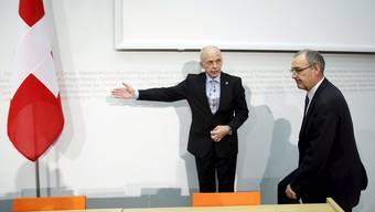 Lässt dem Neugewählten den Vortritt: Ueli Maurer, noch Verteidigungsminister, und sein Nachfolger gestern vor den Medien in Bern.