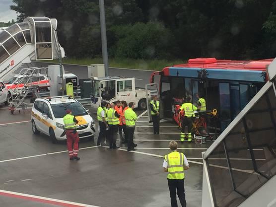 Nach der Kollision zwischen dem Bus und dem Schlepptraktor musste die Ambulanz gerufen werden.