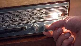 Über 80 Prozent der Schweizerinnen und Schweizer schalten täglich das Radio ein. (Symbolbild)