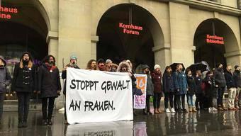 """Mit verklebten Mündern demonstrieren Frauen und Männer in Bern gegen Gewalt an Frauen. Die Aktion bildete den Auftakt zur Kampagne """"16 Tage gegen Gewalt an Frauen""""."""