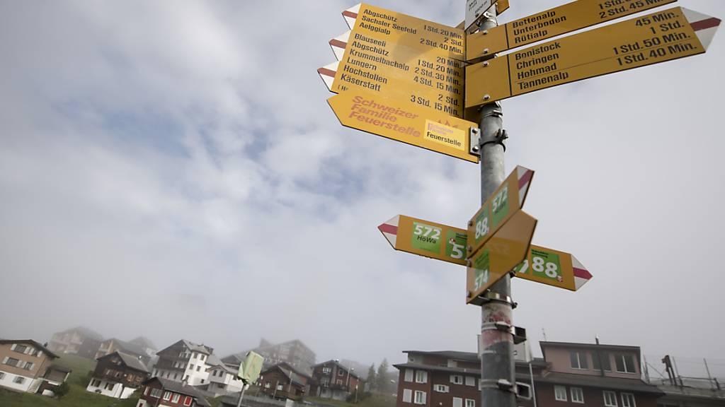 Alles Bergwanderwege: Ein Wegweiser im Dorf Melchsee-Frutt auf 1920 Metern über Meer. (Archivbild)