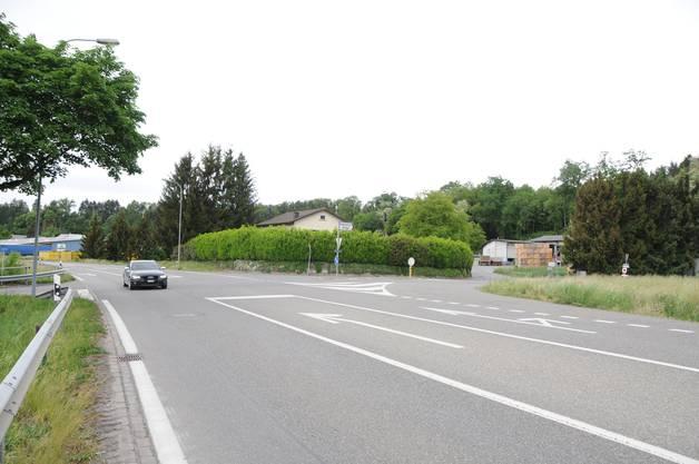 Die Kantonsstrasse zwischen Klingnau und Koblenz: Bei dieser Abzweigung nach rechts geht es zur Landi und zur Regionalen Sammelstelle – und zum Schleichweg über die Hardstrasse, wo das Fahrverbot gilt.