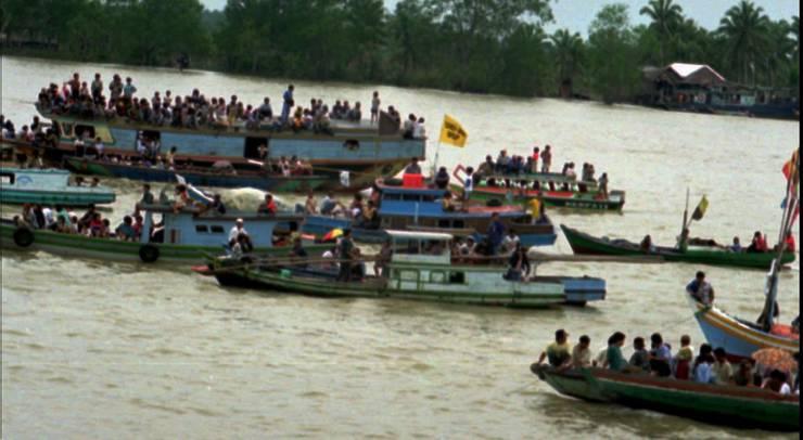 Hunderte von Menschen beobachten die Rettungsarbeiten 2 Tage nach dem Flugzeugunglück 1997 im Musi River auf Sumatra