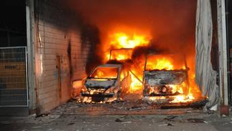 So gefordert wurden die Feuerwehrleute schon lange nicht mehr. Fast gleichzeitig brannte eine Lagerhalle und ein Auto, die gelöscht werden mussten.