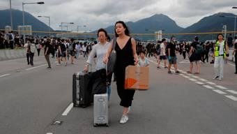 Zu Fuss zum Flughafen: Etwas anderes blieb Fernreisenden am Wochenende in Hongkong nicht übrig. (Keystone)